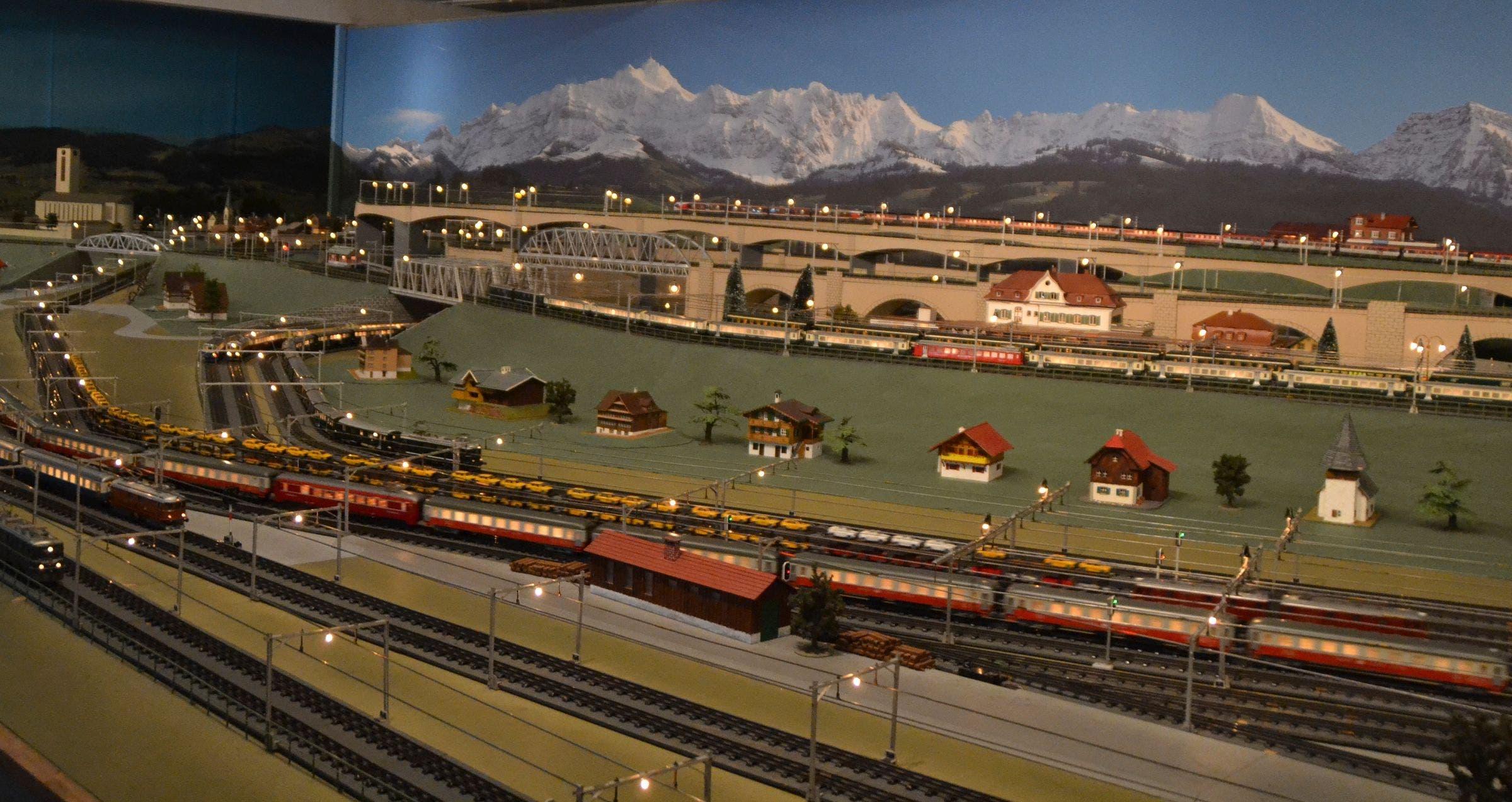 Blick auf einen Teil der Bahnanlage, in der Bildmitte der Bahnhof Wattwil.