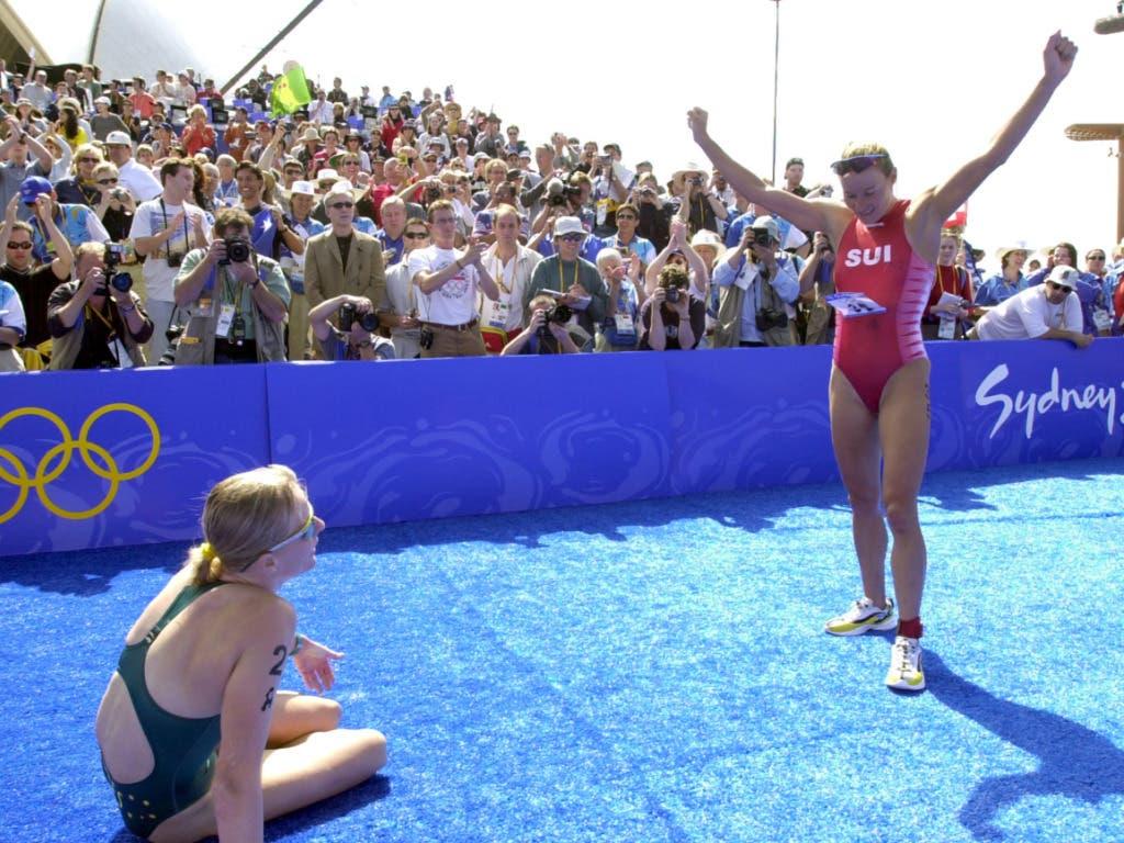 «Feuerwerk der Emotionen» - Triathletin Brigitte McMahon jubelt nach Olympia-Gold 2000 in Sydney (links die geschlagene Australierin Michellie Jones)