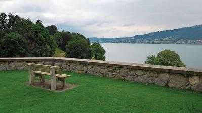 Der Weg entlang der Seepromenade hat viele Bänke, die zum Verweilen einladen. (Bild: Stefan Kaiser (Buonas, 16. Juli 2020))