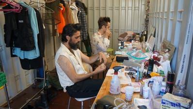 Schauspieler des See-Burgtheaters machen sich in Garderobencontainern bereit für die Shakespeare-Komödie «Was ihr wollt». (Bild: Inka Grabowsky)