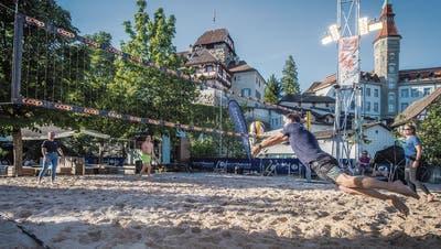 Ein Spielfeld auf 80 Tonnen Sand: Im Schlosspark in Frauenfeld tummeln sich die Sportbegeisterten