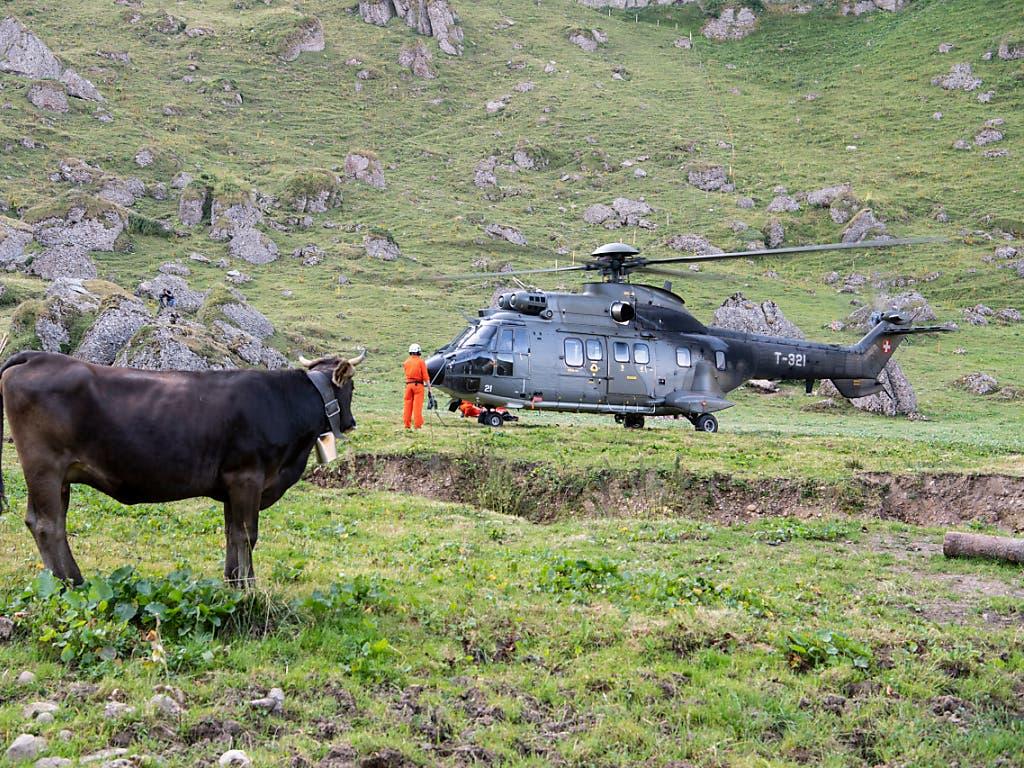 Auch in den Bergen werden die Sommer immer wärmer. Ein Superpuma der Schweizer Armee beliefert die Alp Oberbätruns bei Schänis mit Wasser für die Kühe.