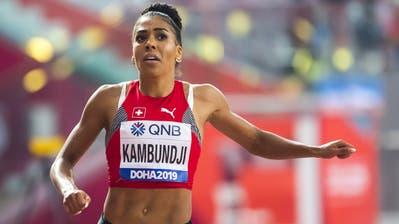 Mujinga Kambundji startet im Zürcher Letzigrund, während ihre Konkurrentinnen über 150 Meter in Übersee antreten. (Bild: Keystone)