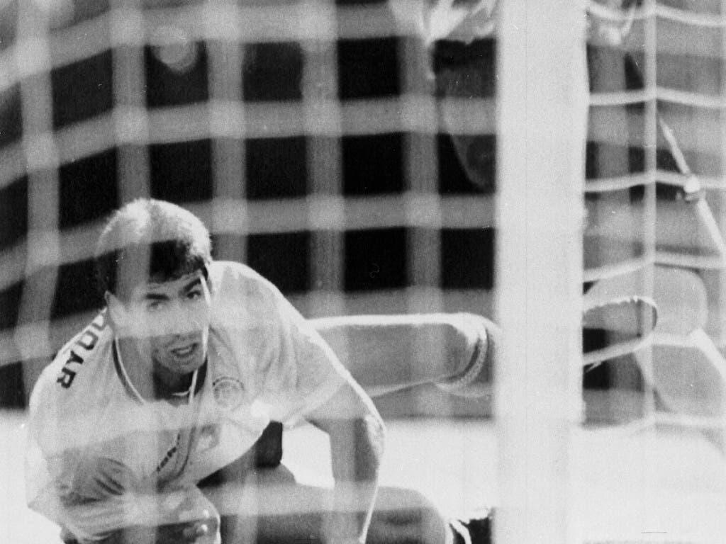 Andres Escobar schaut dem Ball hinterher: Soeben ist ihm das folgenschwere Eigentor gegen die USA unterlaufen