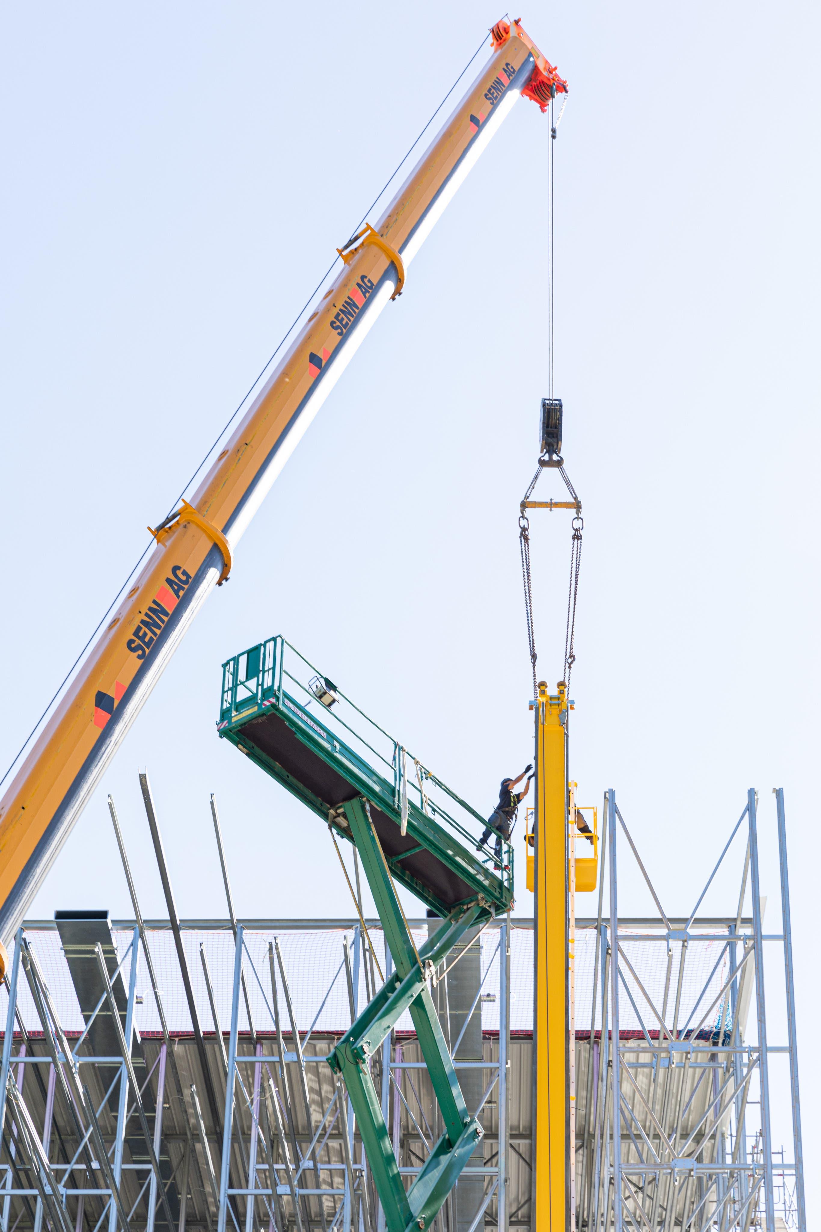 Der Bau des Lagergebäudes schreitet zügig voran.