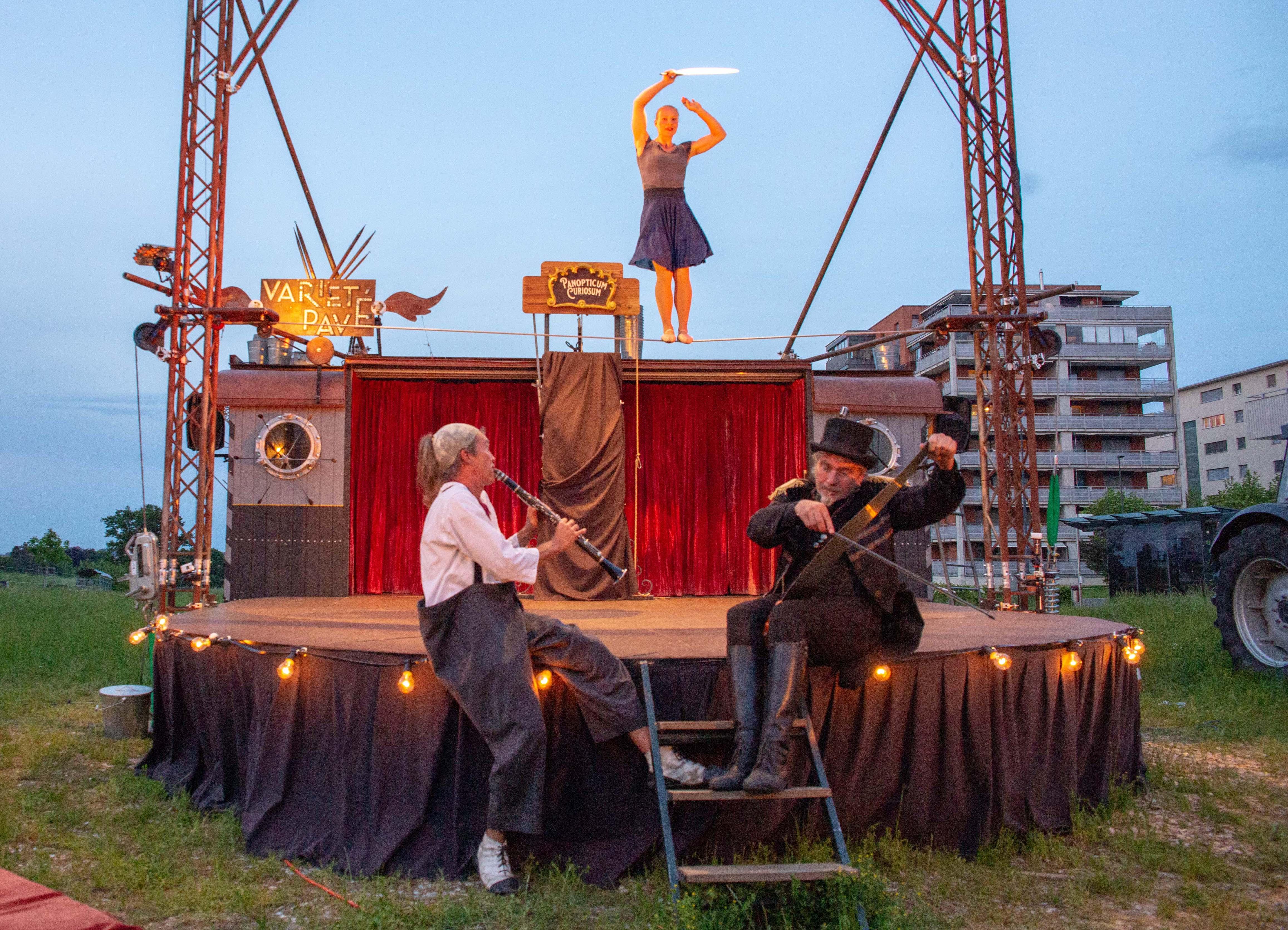 Erzählt wird in Programm «Panopticum Curiosum» die Geschichte einer Schaubude, die ihre besseren Zeiten bereits hinter sich hat. Das Ensemble schrumpfte von Vorstellung zu Vorstellung. Geblieben sind der alternde Clown, die Seiltänzerin, der Direktor Ferdinand und...