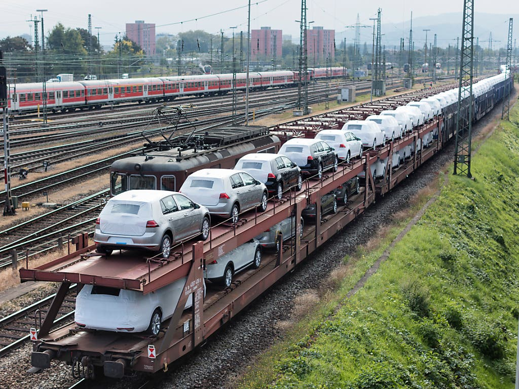 Neuwagen der Marke Volkswagen beim Badischen Bahnhof der Deutschen Bahn Richtung Basel.
