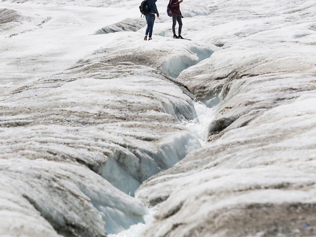 Ein Bach fliesst über den Theodul-Gletscher im Wallis Anfang August 2018 auf 3100 Metern Höhe. Mit der Sommerhitze war das Quecksilber auf 8 Grad gestiegen.