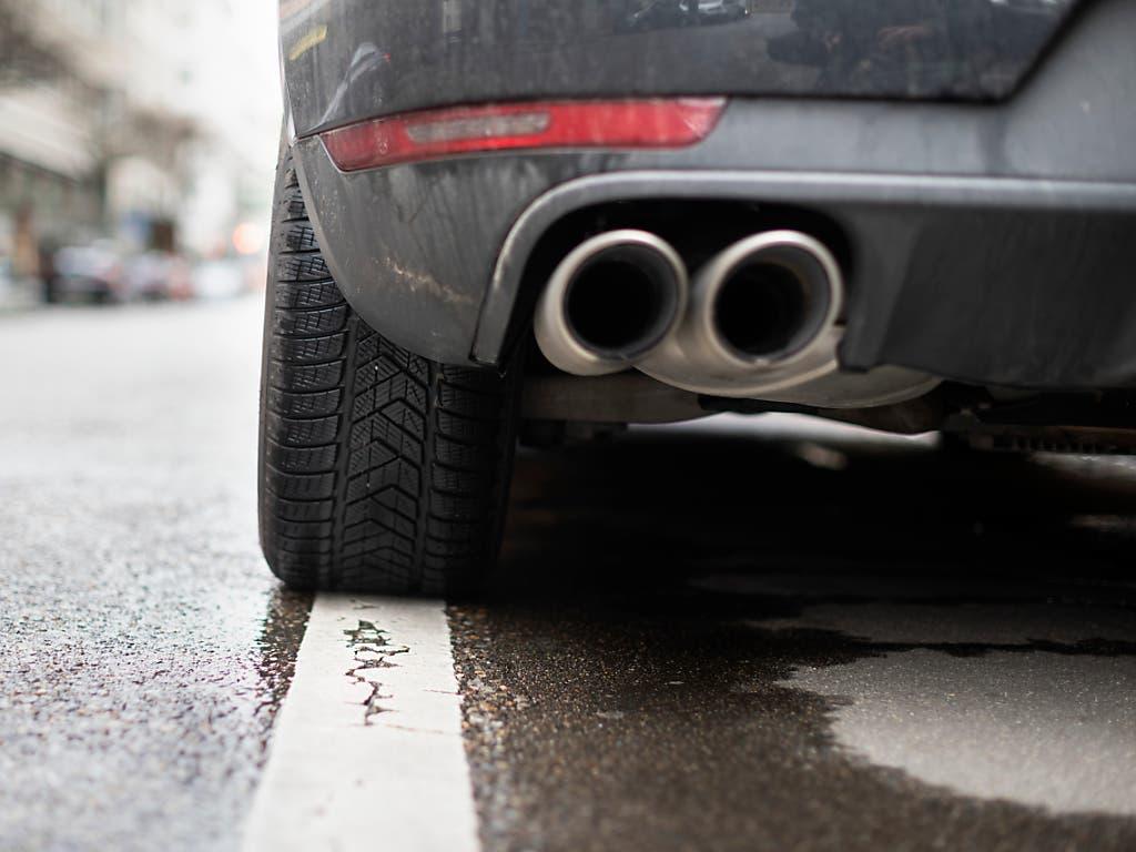 Ein SUV auf einem Parkplatz in Zürich: Neuwagen haben 2019 mehr CO2 pro Kilometer ausgestossen als erlaubt.