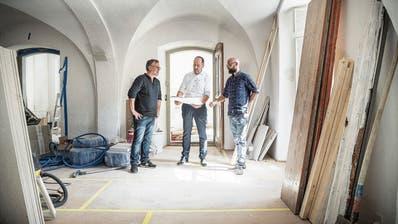 Architekt Daniele Zeo, Stiftungsratspräsident Andreas Jäger und Bauleiter Christoph Biedermann im Greuterhof. ((Bilder: Andrea Stalder))