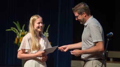 Auch Julia Büchler aus Oberägeri nimmt das Abschlusszeugnis von Lehrer Stefan Hollinger entgegen. (Bild: Maria Schmid (Oberägeri, 1. Juli 2020))
