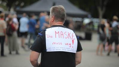 Ein Teilnehmer einer Demonstrationen gegen die Corona-Einschränkungen in Köln protestiert gegen das Maskentragen. (Bild: Bodo Schackow / dpa)