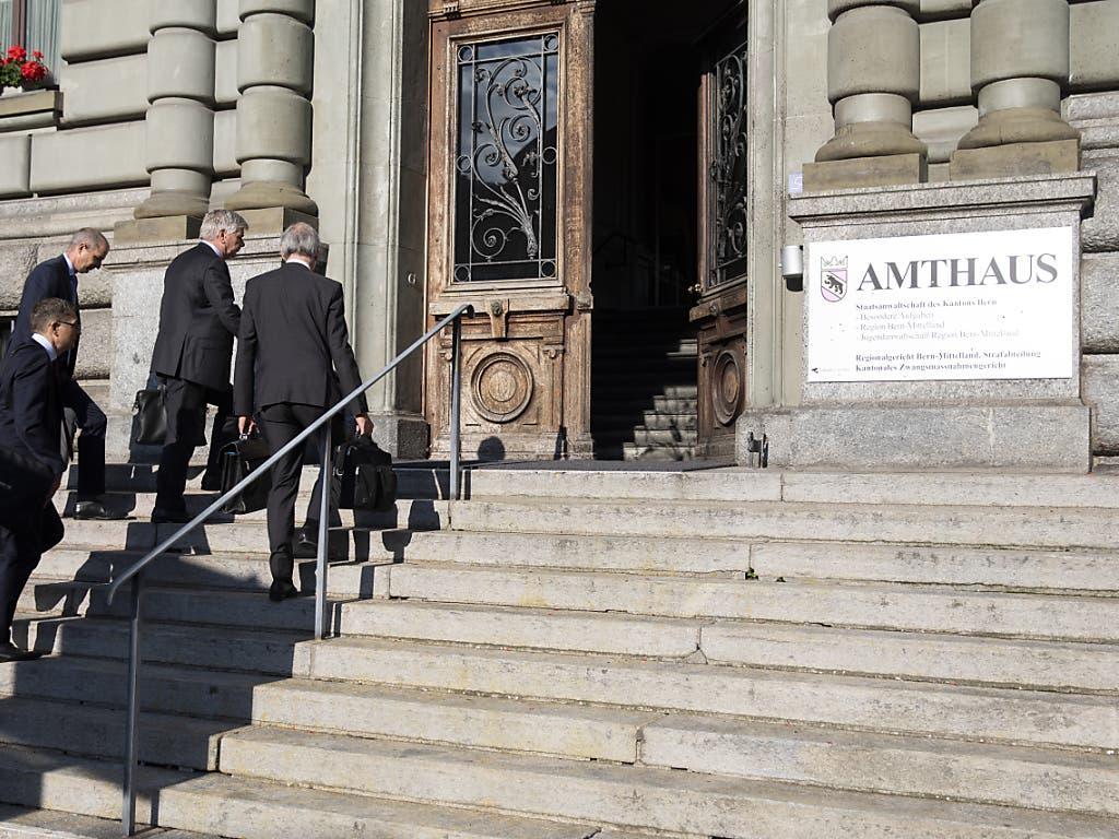 Anwälte betreten am ersten Prozesstag den Sitz des Berner Amthauses, wo das Wirtschaftsstrafgericht des Kantons Bern tagt.