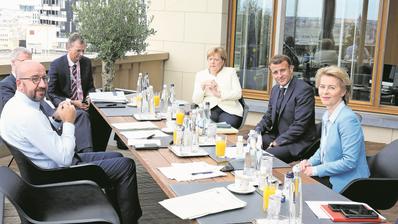 Verhandlungsmarathon in Brüssel: Charles Michel, Präsident des Europäischen Rates (links), mit Merkel, Macron und von der Leyen. (Bild: Francois Waschaerts/EPA (19. Juli 2020))
