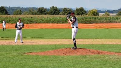 Der Pitcher der Unicorns, Kieran Brot (Vordergrund), bereitet sich auf den Pitch vor, beobachtet vom Second Baseman Andreas Gamma und dem Outfielder Michael Bini (Hintergrund). (Bild: PD)