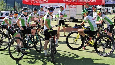 Das U15/U17 Team der IG Radsport Uri bei der Rennbesprechung mit den Leitern Bruno Küttel und Christian Zberg. (Bild: PD)