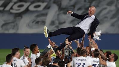 Jubel über die spanische Meisterschaft: Zinedine Zidane wird von den Spielern gefeiert. (Rodrigo Jimenez / EPA)