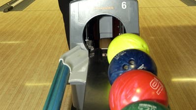 Mit glänzenden, farbenfrohen Kugeln zu bowlen, machte den Ferienpass-Kindern grossen Spass. (Bild: Archiv)