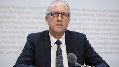 Christoph Blocher will nachträglich sein volles Ruhegehalt von 2,7 Millionen – und hat der FinDelseine Mitarbeit zugesichert. (Bild: Keystone)