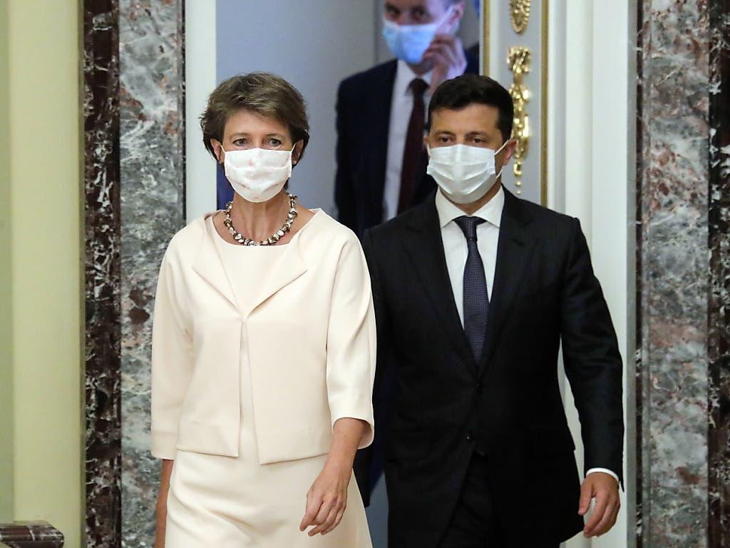 Bundespräsidentin Simonetta Sommaruga und der ukrainische Präsident Wolodymyr Selenskyj informierten am Dienstag im Mariinsky Palast in Kiew die Presse über die bilateralen Gespräche.
