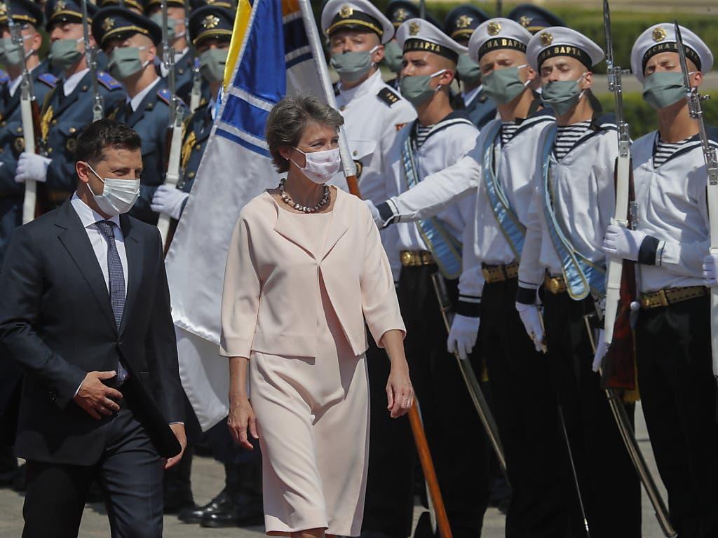 Der ukrainische Präsident Wolodymyr Selenskyj und Bundespräsidentin Simonetta Sommaruga sind am Dienstag in Kiew im Rahmen des Präsidialbesuchs gemeinsam die Ehrengarde abgeschritten.
