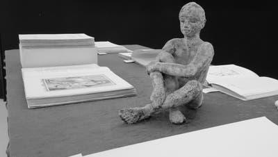 Skulpturales zwischen Literatur: Das ist die Ausstellung «Geschwätzige Geheimnisse». ((Bild: PD))
