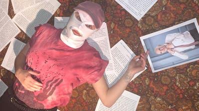 «Kaum jemand ist in diesem Land stärker als Daddy Berset»: Die Medienkünstlerin Jessica Jurassica inszeniert sich mit Textblättern und dem Foto des Bundesrats. (PD/dieyungenhurendothiv)