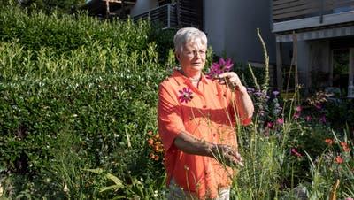 Iris Erdenbrink pflegt einen sehr kleinen, naturnahen Garten bei sich zu Hause in Kägiswil. (Bilder: Manuela Jans-Koch (18. Juli 2020))