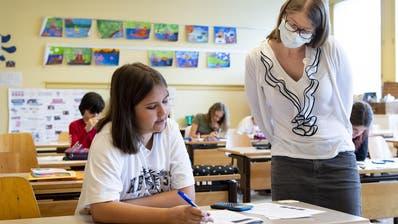 Eine Lehrerin im Kanton Waadt trägt eine Schutzmaske. In Israel stecken sich zurzeit viele Menschen in Bildungseinrichtungen an. (Keystone)