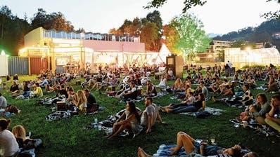 Foto von 2019: Das alte Hallenbad (im Hintergrund) bleibt dieses Jahr geschlossen, das Poolbar-Festival findet ausschliesslich unter freiem Himmel statt.