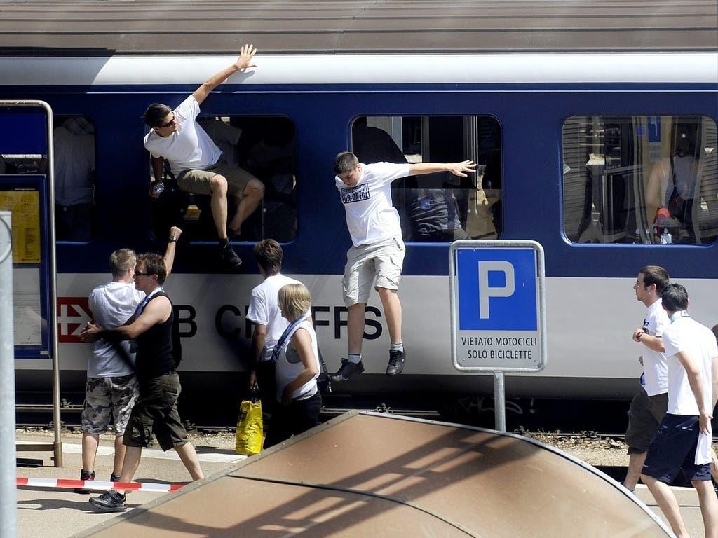 FCZ-Fans springen 2009 in Bellinzona aus dem Zug.