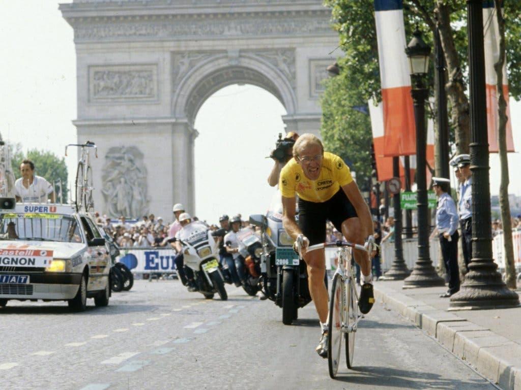 Fignon quält sich am 32. Juli 1989 auf den Champs Elysées ins Ziel