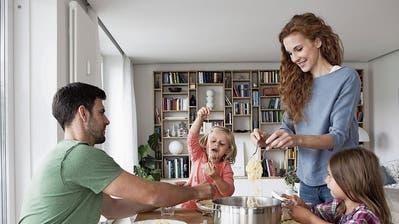 Weniger Übergewicht und vernünftigeres Verhalten – Gemeinsames Essen mit der Familie macht Kinder gesund