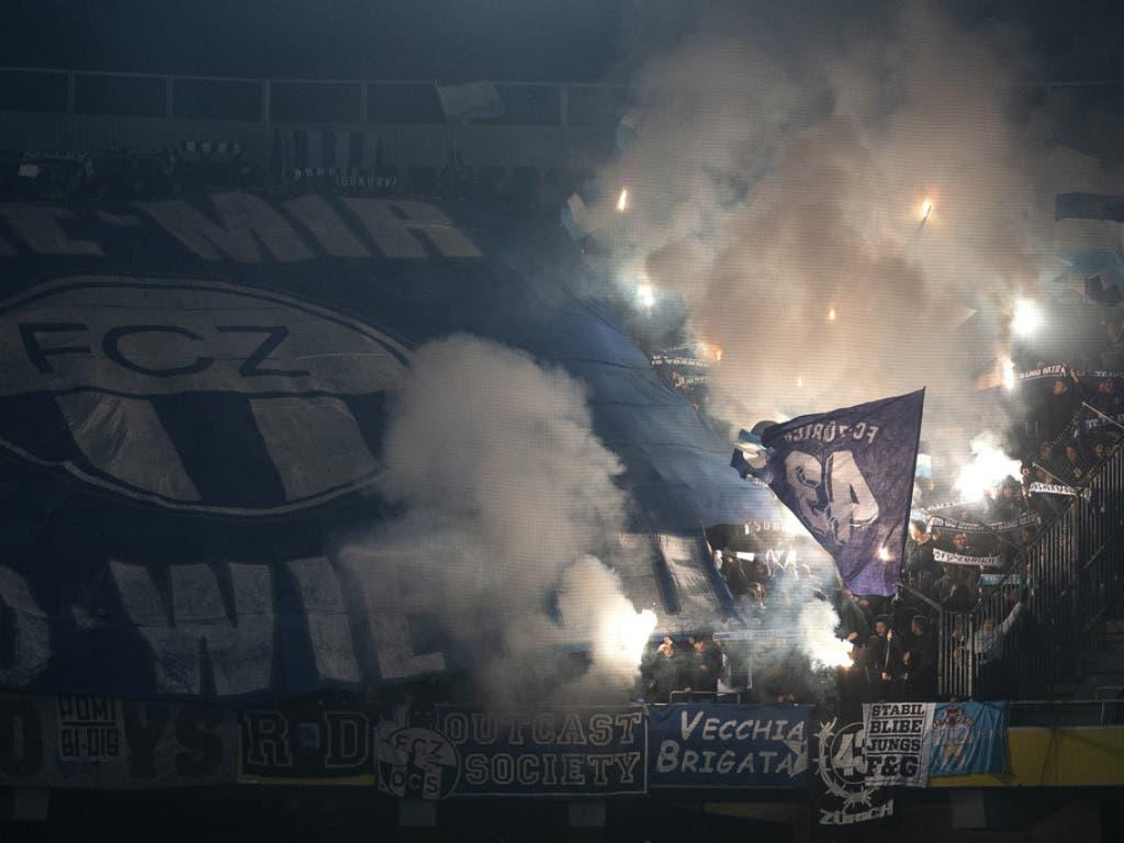 Vor einem Cupspiel gegen Young Boys zünden FCZ-Fans Pyros.