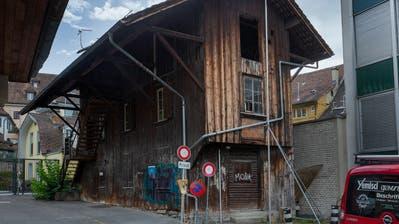 Architektonisch auffallend: die schlanke Holzscheune mit ausladendem Dach und Aussentreppe. Das Lagergebäude gehörte einst zur Drogerie Luthiger. (Bild: Stefan Kaiser (Zug, 10. Juli 2020))
