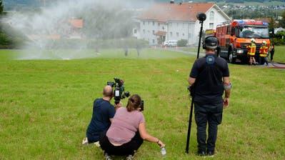 Die Feuerwehr Wartau als Regenmacher für das Schweizer Fernsehen beim Dreh für die Sendung «Happy Day». (Bilder: Hansruedi Rohrer)