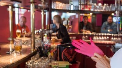Wie Gastrobetriebe, werden nun auch andere Unternehmen stärker auf ihre Schutzkonzepte geprüft. (Symbolbild: Boris Bürgisser)