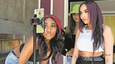 Bei Jugendlichen äusserst beliebt: Die Social Media App TikTok lädt zur öffentlichen Selbstinszenierung ein. (Bild: Getty)