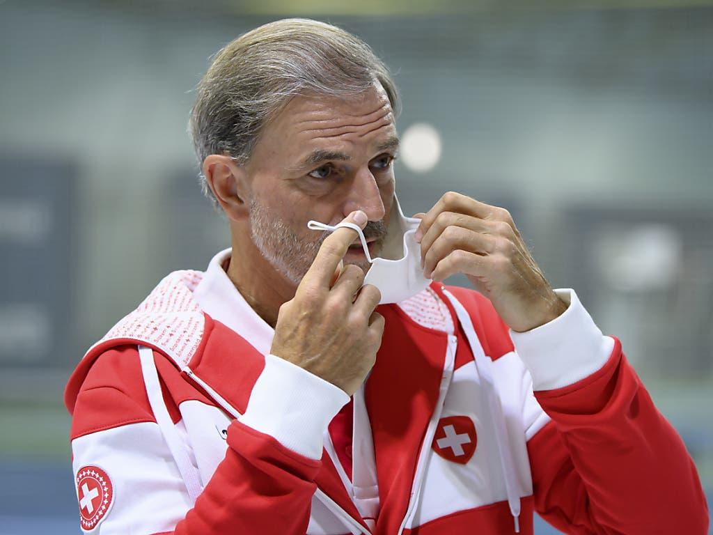 Der Schweizer Fed-Cup-Captain Heinz Günthardt macht es vor: In Biel waren Masken Pflicht, wenn man sich in der Halle bewegte