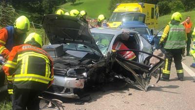 Neben der Polizei, der Ambulanz und der Feuerwehr war auch die Rega mit zwei Helikoptern im Einsatz. (Symbolbild: Keystone)