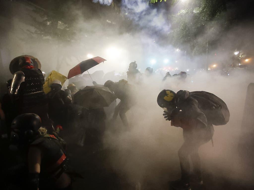 In Portland kam es die 58. Nacht in Folge zu Protesten gegen Polizeigewalt. Der lokale Sender KOIN berichtete, Sicherheitskräfte des Bundes hätten in der Nacht zu Sonntag Tränengas eingesetzt.