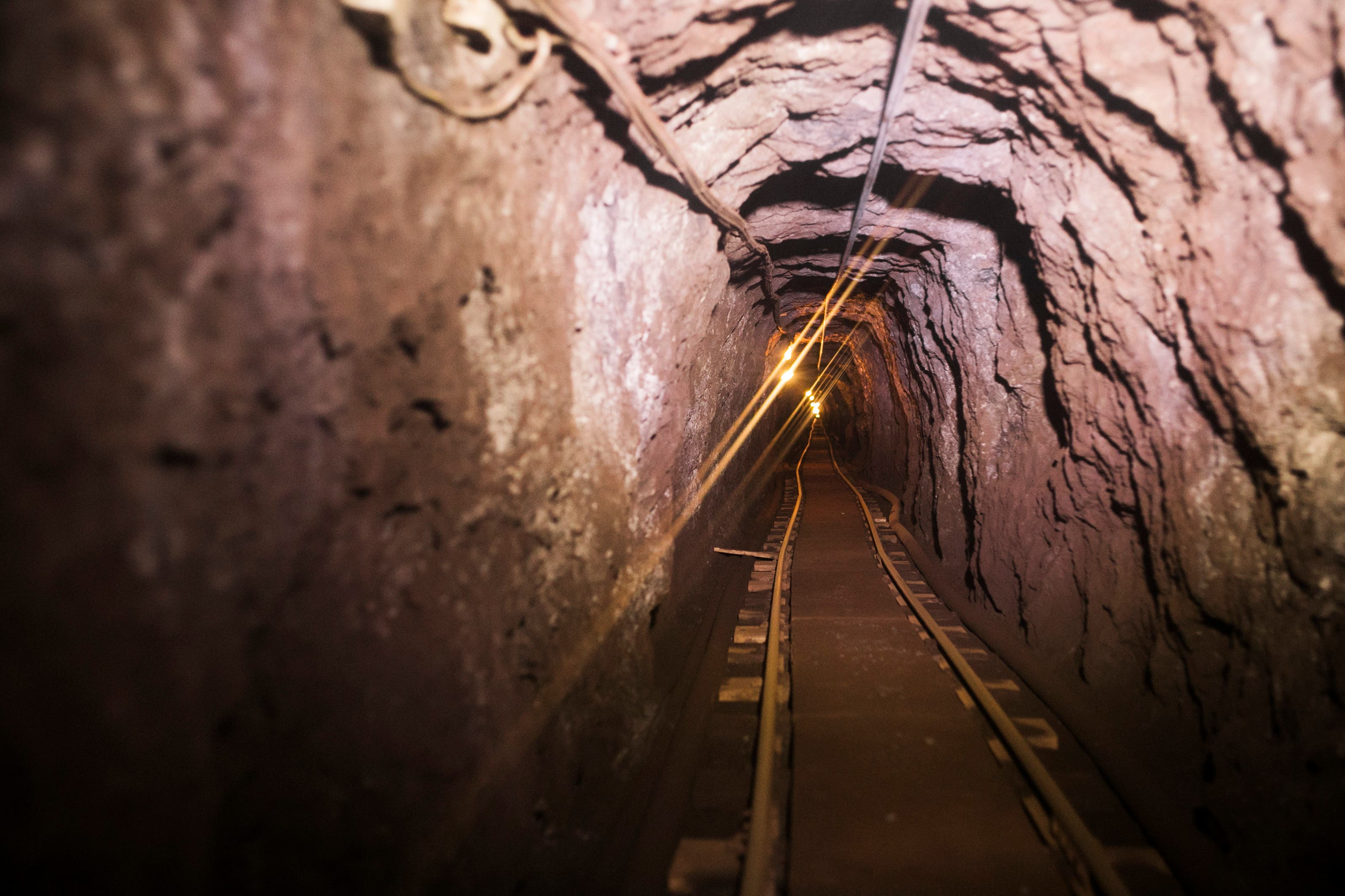 Der Stollen ist Eng. Am Ende des Tunnels befindet sich ein Museum und noch weiter hinten der Arbeitsplatz der Mineure.