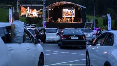 Zwei Welten, die nicht zusammenpassen und im Greyerzerland charmant zusammenfanden: Barockmusik auf dem Parkplatz in Charmey. (Anthony Anex / KEYSTONE)