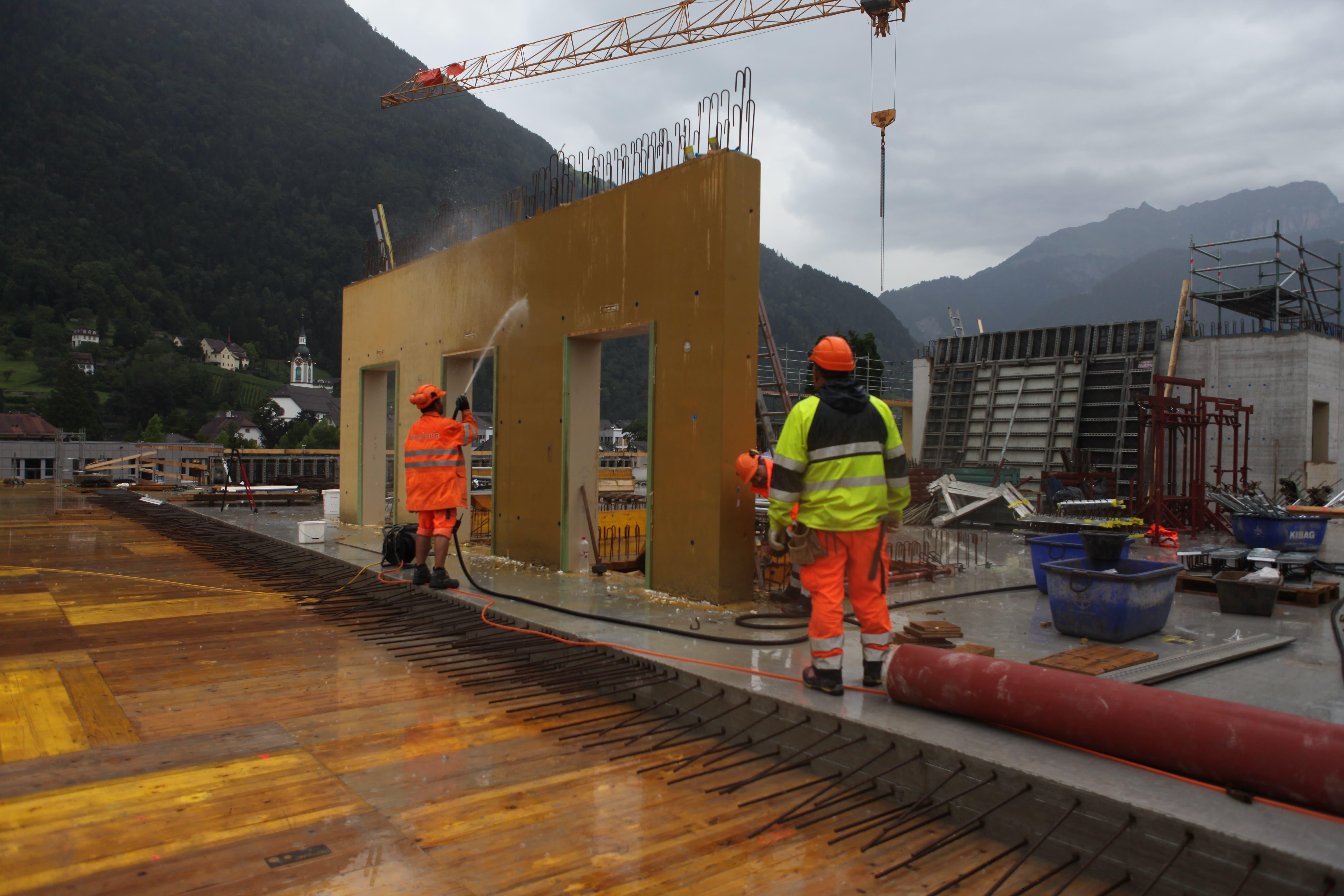 Bereits sind die Türrahmen aus gefärbtem Beton zu sehen.