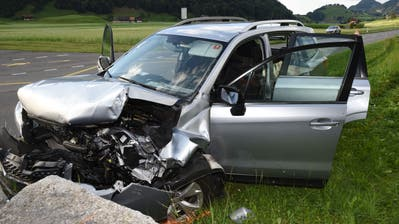 Das komplett zerstörte Unfallauto. (Bild: Kapo Nidwalden (Ennetmoos, 26. Juli 2020))