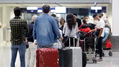 Wer aus den Ferien in einem Risikoland zurückfliegt, muss mit einigem rechnen: Mit der Quarantäne, künftig womöglich auch mit einem Zwangstest. (Keystone)