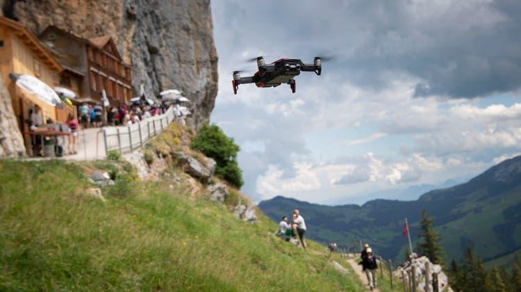 Im Alpstein haben private Drohnenpiloten ihr Eldorado gefunden (wie hier beim Berggasthaus Aescher) - zum Ärger von Wildhütern, Bergwirten, Wanderern und Ruhesuchenden. (Bild: Ralph Ribi)