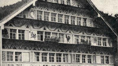 Damals: Kunstmaler Karl Uellinger bemalt sein eigenes Haus