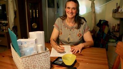 Fledermausnothelferin Manuela Häusler führt genau Protokoll über die Fortschritte ihrer Tierchen. (Bilder: Daniela Huijser)
