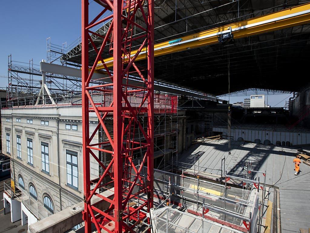 Der historische Südtrakt des Hauptbahnhofs Zürich wird im Schutz eines 4000 Quadratmeter grossen Schutzdaches saniert.
